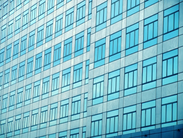Parete di vetro con finestre aperte
