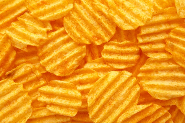 Parete dorata increspata delle patatine fritte con lo spazio della copia per testo