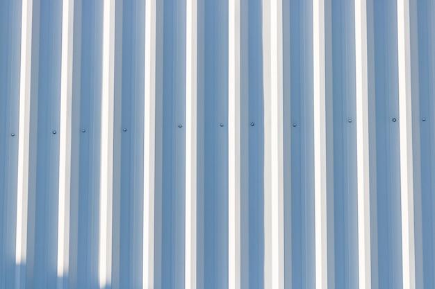 Parete metallica a strisce verticali