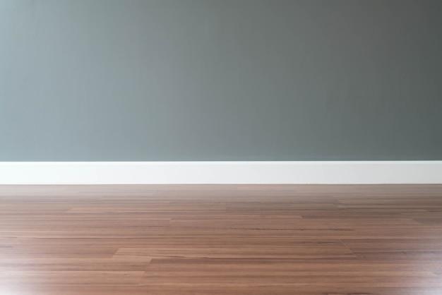 Parete vuota con un pavimento in legno sotto