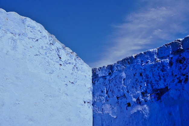 Pareti blu che creano un angolo con il cielo blu sullo sfondo