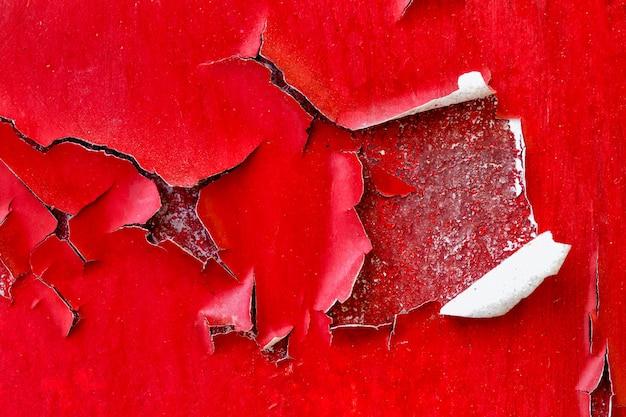 Pareti di colore rosso con grande crepa, sfondo e consistenza