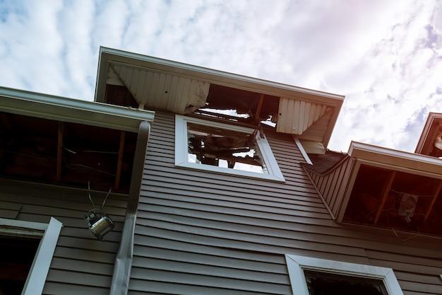 Pareti di legno bruciate la casa dopo l'incendio. bruciato vecchio edificio in legno
