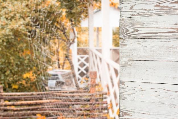 Pareti in legno e sfocatura dello sfondo all'aperto