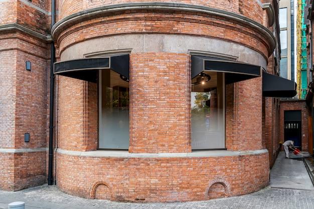 Pareti in mattoni rossi e porte e finestre nell'architettura europea