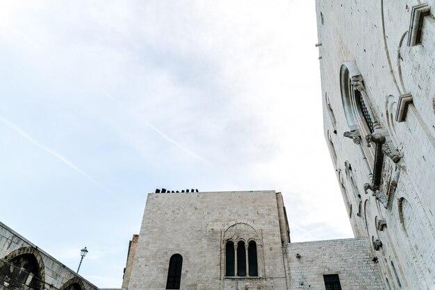 Pareti in pietra della cattedrale medievale di san nicola di bari.