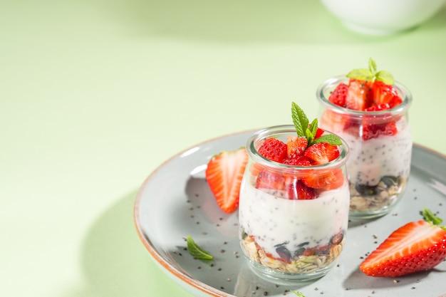 Parfait di granola allo yogurt con fragole