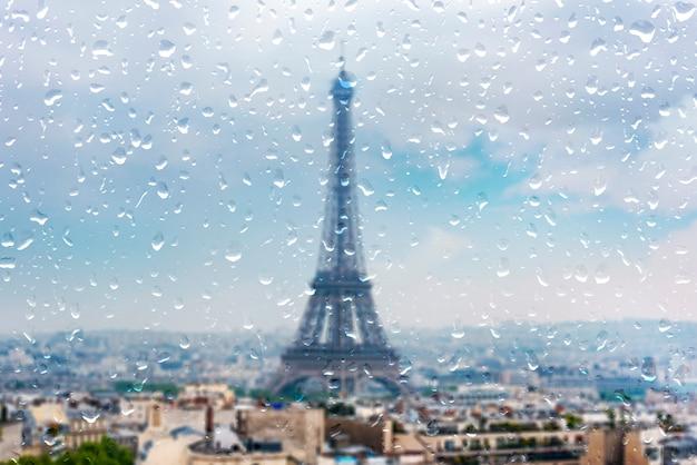 Parigi durante la pioggia pesante, piovendo giorno a parigi, gocce sulla finestra