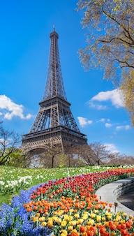 Parigi, torre eiffel in una giornata luminosa in primavera