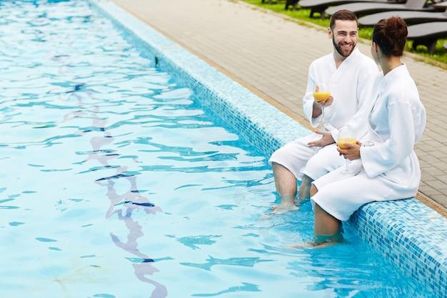 Parla a bordo piscina