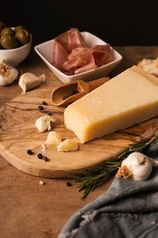 Parmigiano e prosciutto alto angolo sul tagliere