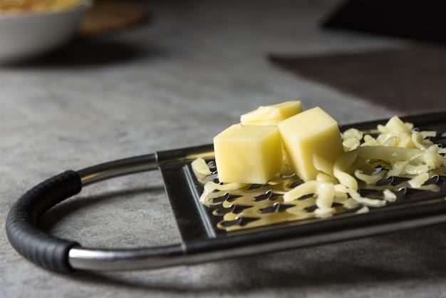 Parmigiano grattugiato, grattugia al formaggio con formaggio cheddar