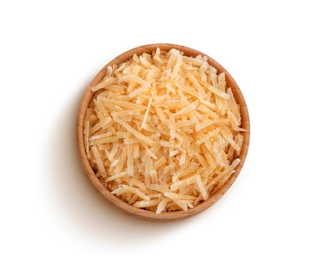 Parmigiano grattugiato isolato su backgroun bianco