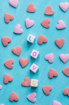 Parola amore costruito da cubetti di lettere.