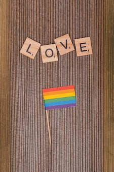 Parola amore e bandiera arcobaleno lgbt