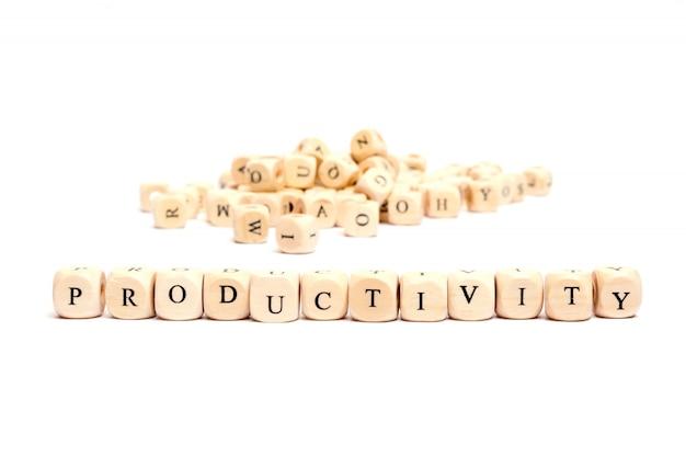 Parola con dadi su produttività sfondo bianco