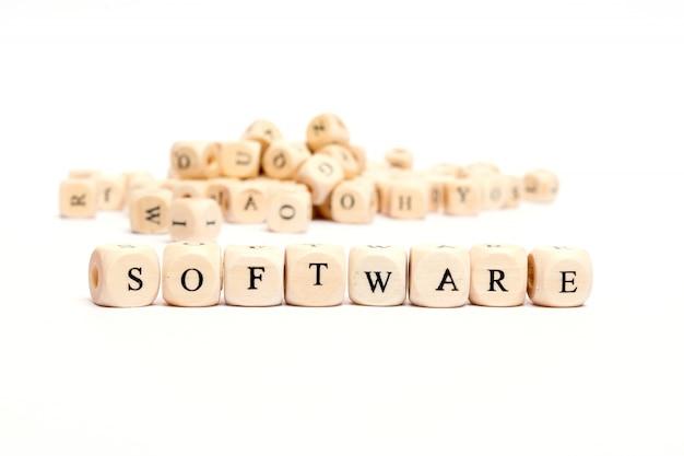 Parola con i dadi sul software bianco del fondo