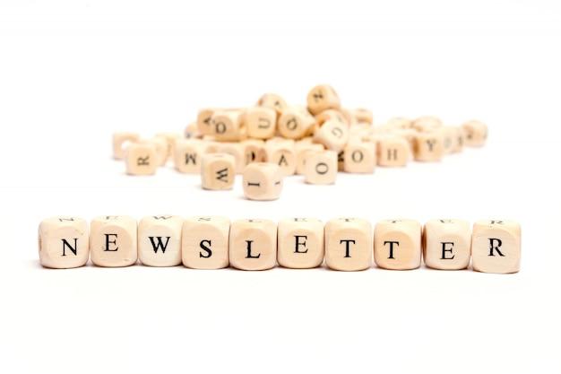 Parola con i dadi sulla newsletter bianca della priorità bassa