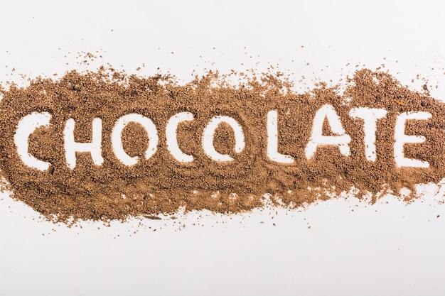Parola di cioccolato su gocce di cioccolato