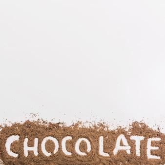 Parola di cioccolato sulle briciole di cioccolato