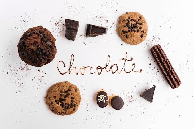 Parola di cioccolato tra diversi biscotti