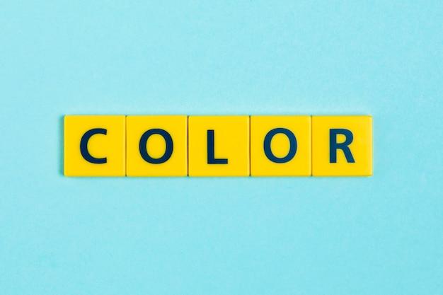 Parola di colore su piastrelle di scrabble