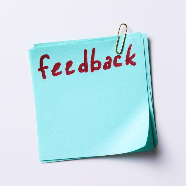 Parola di feedback scritta in una nota cartacea