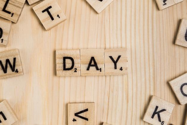 Parola di giorno su piastrelle di legno