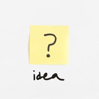 Parola di idea vicino alla nota adesiva con il segno del punto interrogativo