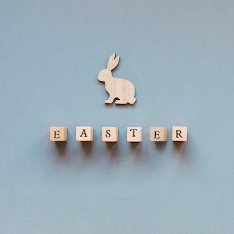 Parola di pasqua e coniglio scolpito