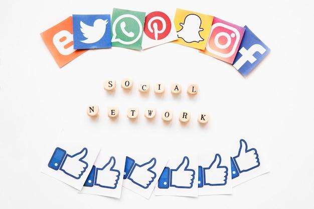 Parola di rete sociale tra applicazioni mobili vivide e icone simili