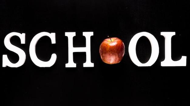 Parola di scuola bianca con mela invece di lettera