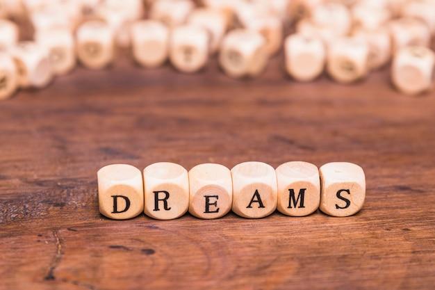 Parola di sogno sui cubi di legno