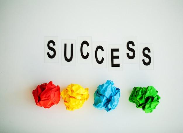 Parola di successo scritta sulla tavola bianca.