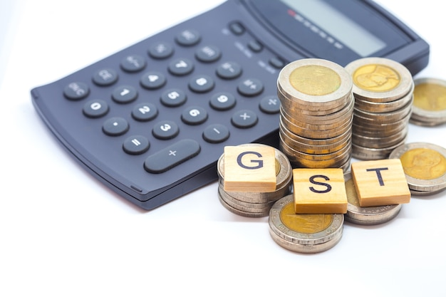 Parola di tasse di beni e di servizi sull'isolato delle monete della pila.