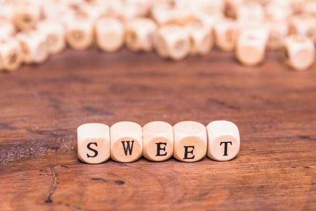 Parola dolce fatta con cubetti di legno