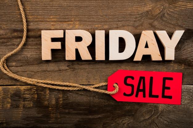 Parola ed etichetta di venerdì su fondo di legno