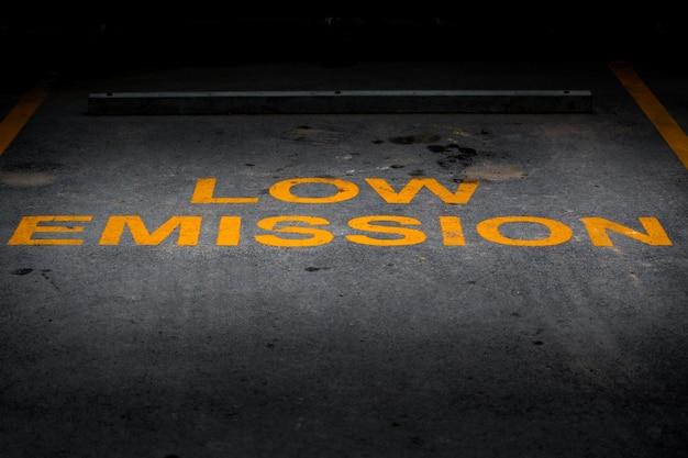 Parola gialla di emissione bassa sul parcheggio dell'asfalto
