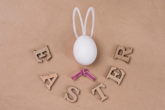 Parola pasqua un uovo a forma di coniglio