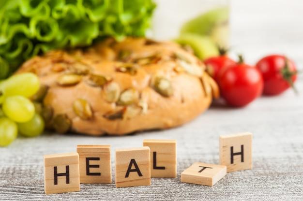 Parola salute e bagel con insalata