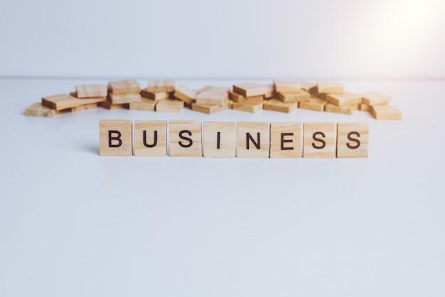 Parole business realizzati con lettere di legno a blocchi. legno abc sul tavolo bianco