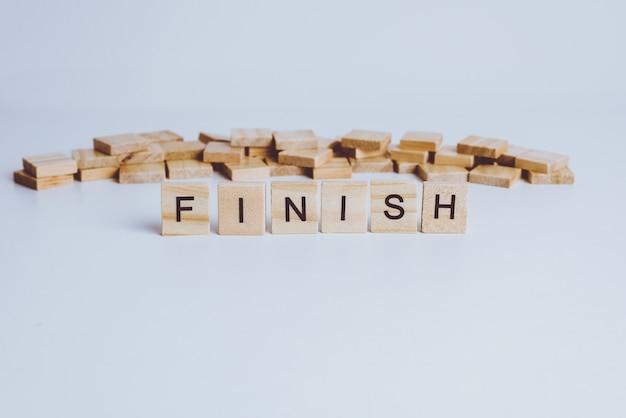 Parole finiture realizzate con lettere di legno a blocchi. legno abc