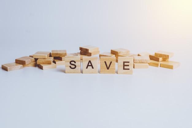 Parole save realizzate con lettere di legno a blocchi. legno abc