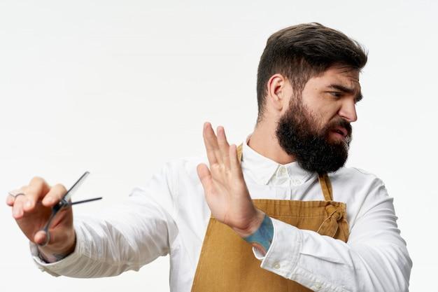 Parrucchiere maschio e parrucchiere che posano nello studio