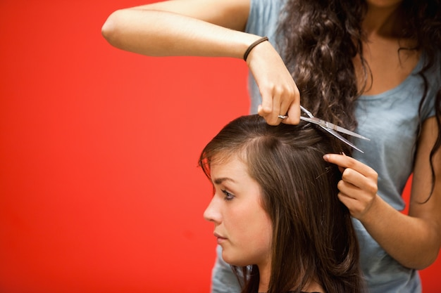 Parrucchiere studente taglio capelli