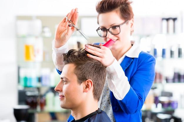 Parrucchiere taglio capelli uomo in barbiere