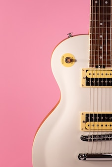 Parte anteriore del corpo di una chitarra elettrica bianca.