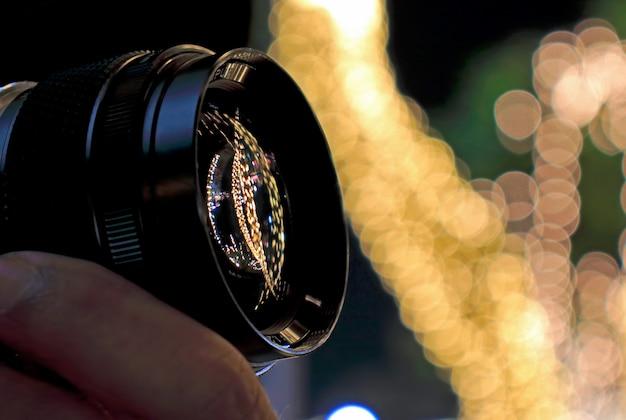 Parte anteriore dell'obiettivo del fotografo di scattare foto luci decorative