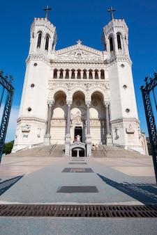Parte anteriore della basilica di notre dame de fourviere, lione, francia