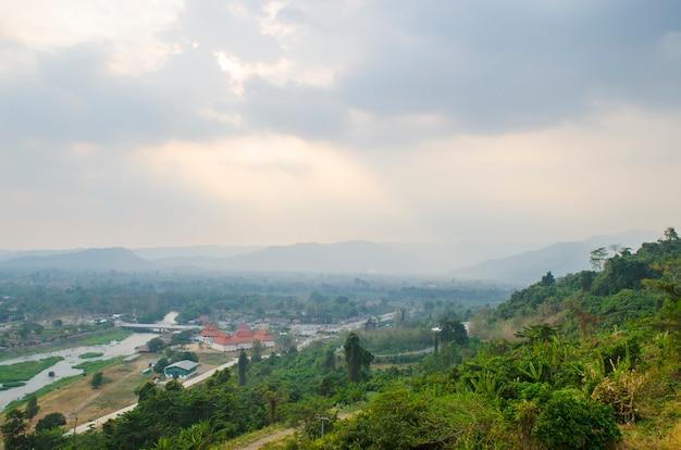 Parte anteriore della diga di khundanprakanchon, nakhonnayok, tailandia